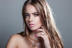 Porträt eines schönen Mädchens mit dem nassen Haar Lizenzfreies Stockfoto
