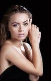 Porträt eines schönen Mädchens mit dem nassen Haar Lizenzfreie Stockfotos
