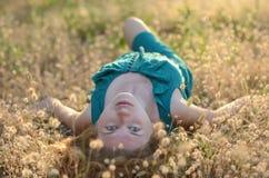 Porträt eines schönen Mädchens mit dem Sommersprosselügen Stockfoto