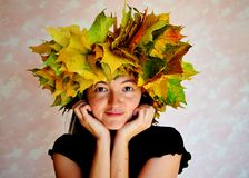 Porträt eines schönen Mädchens mit einem Kranz von Ahornblättern auf ihrem Kopf lizenzfreie stockfotos