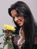 Porträt eines schönen Mädchens mit gelber Blume Lizenzfreies Stockbild