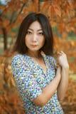 Porträt eines schönen Mädchens mit gut-gepflegter Haut und schönem Make-up steht im Park im Herbst lizenzfreie stockfotografie
