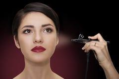 Porträt eines schönen Mädchens mit Make-up Bilden Sie mit Spritzpistole lizenzfreie stockbilder