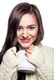 Porträt eines schönen Mädchens mit weißer Tasse Tee lizenzfreie stockfotos