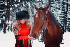 Porträt eines schönen Mädchens und des hübschen Hengstes, Pferd in t Stockfotografie