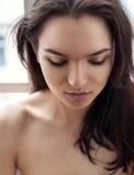 Porträt eines schönen Mädchens unten geschaut Stockbild
