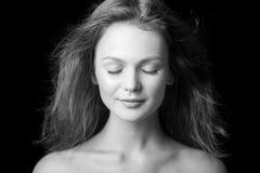 Porträt eines schönen modernen jungen Mädchens mit dem Fliegenhaar Lizenzfreie Stockfotos