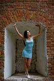 Porträt eines schönen netten jugendlich Mädchens, das nahe dem Ziegelstein wa lächelt Stockfotografie