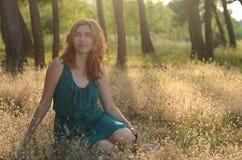 Porträt eines schönen rothaarigen Mädchens, das herein sitzt Lizenzfreie Stockfotos