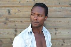 Porträt eines schönen schwarzen Mannes lizenzfreies stockfoto