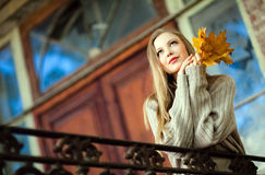 Porträt eines schönen sehr netten Mädchens mit dem langen geraden Haar, Stockbilder