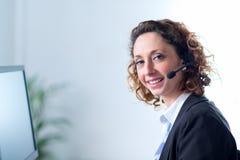 Porträt eines schönen Sekretärs der jungen Frau bei der Arbeit Lizenzfreies Stockbild