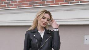Porträt eines schönen sexy lächelnden glücklichen Mädchens mit den großen vollen Lippen mit dem blonden Haar stock video footage