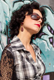 Porträt eines schönen sexy Mädchens mit rotem Lippenbrunette mit Locken geht in den Park Lizenzfreies Stockfoto