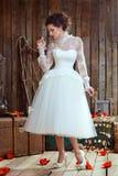 Porträt eines schönen sinnlichen verworrenen Mädchens in einem weißen Hochzeitsdr. Lizenzfreies Stockbild