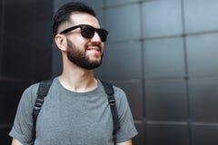 Porträt eines schönen stilvollen Kerls, Hippie mit Gläsern, Kleid Lizenzfreies Stockfoto