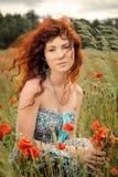 Porträt eines schönen träumerischen Mädchens mit buqet in den Händen Lizenzfreies Stockbild