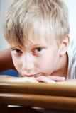 Porträt eines schönen traurigen Kindes Stockfotos