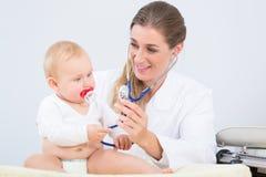 Porträt eines schönen und gesunden Babys, das Kamera betrachtet Lizenzfreie Stockbilder