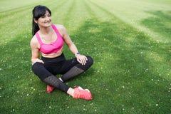 Porträt eines schönen und gesunden Sportmädchens auf grünem Hintergrund stockfotografie