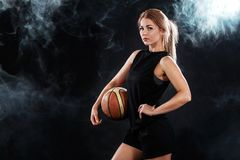 Porträt eines schönen und sexy Mädchens mit einem Basketball im Studio Getrennt auf Weiß lizenzfreies stockbild