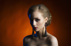 Porträt eines schönen, verlockenden und jungen Mädchens Stockbilder