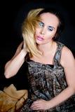 Porträt eines schönen weiblichen Modells auf dunklem Hintergrund lizenzfreies stockbild