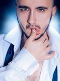 Porträt eines Schönheitsmannes im Studio lizenzfreies stockfoto