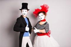 Porträt eines Schauspielers mit zwei glücklichen Pantomimen, der sich Daumen, April Fools Day-Konzept zeigt Stockbild