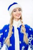 Porträt eines Schnee-Mädchens in einer blauen Klage Lizenzfreies Stockfoto