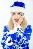 Porträt eines Schnee-Mädchens in einer blauen Klage Lizenzfreie Stockbilder
