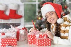 Porträt eines Schreibensbuchstaben des kleinen Mädchens lizenzfreie stockfotos