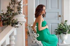 Porträt eines schwangere Frau sinnlichen Brunette mit hellen Augen I Stockbilder
