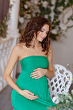 Porträt eines schwangere Frau sinnlichen Brunette mit hellen Augen I Lizenzfreies Stockbild