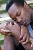 Porträt eines schwarzen Mannes, der bei den Augen liegt, schloss Lizenzfreie Stockfotos