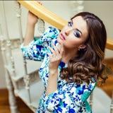 Porträt eines sehr schönen und bezaubernden Mädchens in einem blauen Kleid, lizenzfreie stockfotografie
