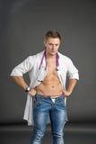 Porträt eines sexy jungen Mannes in Doktorkostüm Stockbilder