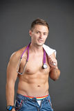 Porträt eines sexy jungen Mannes mit Stethoskop um seinen Hals Stockfotografie