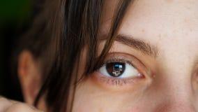 Porträt eines sexy Mädchens, das Knalle von ihrem Gesicht entfernt stock footage