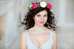 Porträt eines sinnlichen schönen Brunettemädchens mit einem Kranz von f Stockbild