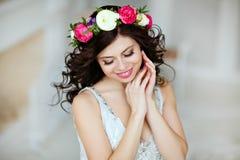 Porträt eines sinnlichen schönen Brunettemädchens mit einem Kranz von f Stockfotos