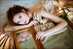 Porträt eines sinnlichen verworrenen Mädchens mit geschlossenen Augen entblößen herein zurückgezogen Stockbilder