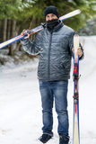 Porträt eines Skifahrers des jungen Mannes im Winterwald Stockbilder
