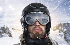 Porträt eines Snowboarders während Blizzard in der winterlichen Umwelt Lizenzfreie Stockbilder