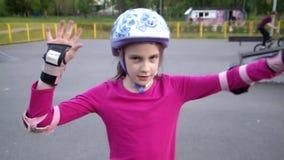 Porträt eines sportiven Kindes mit Sturzhelm und Schutzpolstern stock video footage