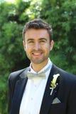 Porträt eines stilvollen Bräutigamlächelns Stockfotos