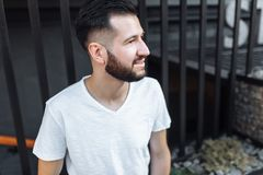 Porträt eines stilvollen Hippie Kerls, in einem weißen leeren T-Shirt, an Lizenzfreies Stockfoto