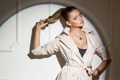 Porträt eines stilvollen Mädchens im Studio stockbild