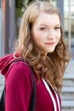 Porträt eines Studenten auf dem Campus Lizenzfreie Stockfotos