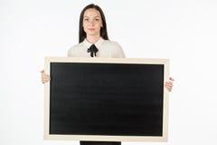 Porträt eines Studenten, Mädchen, eine leere Anschlagtafel halten Stockbilder